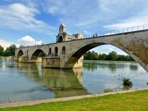 On a tous entendu parler du pont d'avignon. Ce lieu riche en histoire est parfait pour une escapade amoureuse